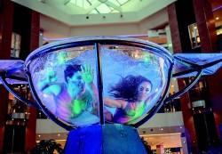 espectaculo-de-waterbowl-en-espana-acrobatas-contorsionistas-en-el-interior-de-una-copa-transparente-de-agua