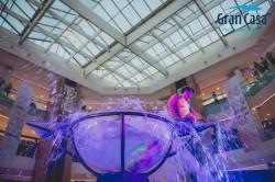 gran-numero-acrobatico-de-impaco-visual-realizado-por-acrobatas-en-el-interior-de-una-copa-de-agua-airshow-con-su-numer-waterbowl